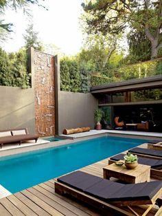 une ambiance apaisante et zen dans ce joli patio, une plage de piscine bois composite