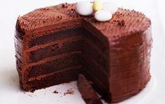 Suklaamoussetäytekakku Suklaamoussetäytekakku on suklaistakin suklaisempi kakku, joka katoaa nopeasti juhlavieraiden suihin. Vastustamaton suklaakakku täytetään ihanalla suklaamoussella ja koristellaan tilanteen ja mielen mukaan suklaalastuilla tai juhlaan sopivilla karamelleilla, kuten suklaamunilla. 1. Sulata voi kattilassa. Nosta joukkoon paloiteltu suklaa. Siirrä kattila syrjään ja sekoita, kunnes suklaa on täysin sulanut. Anna seoksen hieman jäähtyä. Vaahdota munat ja sokeri …