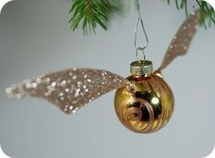 DIY Golden Snitch Ornament Tutorial - these could be used in a lot of ways for a Harry Potter wedding. Deco Noel Harry Potter, Natal Do Harry Potter, Harry Potter Navidad, Harry Potter Weihnachten, Décoration Harry Potter, Harry Potter Christmas Tree, Harry Potter Christmas Decorations, Apartment Christmas Decorations, Hogwarts Christmas