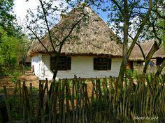Uwielbiam skanseny - mogłabym tam spędzać całe dni. Może dlatego, że cisza i spokój, które tam panują bardzo mnie relaksują? Na zdjęciu chata w skansenie w Sierpcu.