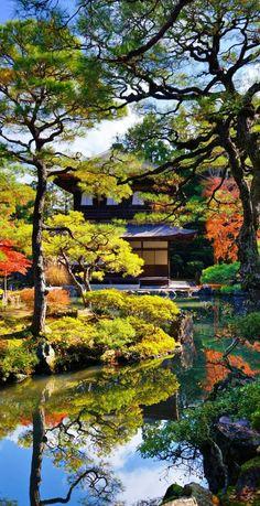 une maison japonaise au bord du lac