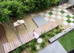 aménagement petit jardin avec un brise-vue en bambou, déco en carreaux en damier et pont de jardin en bois