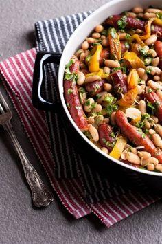 Jesteś fanem fasolki po bretońsku? Mamy dla Ciebie 8 apetycznych przepisów na pełne smaku, sycące dania z fasolą, w tym kilka inspirowanych kuchniami z różnych stron świata.