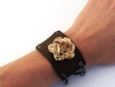 diy leather rose bracelet upcycled from a Jean Label Diy Jewelry Parts, Cute Jewelry, Jewelry Crafts, Beaded Jewelry, Beaded Bracelets, Diy Bracelet, Flower Bracelet, Jewelry Ideas, Diy Leather Rose
