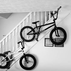How to barspin on a BMX bike. Use this detailed infographic to learn new BMX bike tricks to advance to the next level. Learn variations on the barspin and how to commit to the trick without hurting yourself. Bmx Cycles, Bmx Pro, Gt Bmx, Bike Drawing, Stunt Bike, Bike Photography, Bmx Freestyle, Motorcycle Bike, Cool Bikes