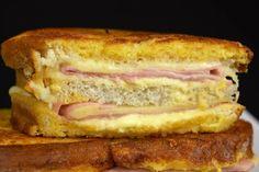 En facilisimo hemos probado muchos ricos sánwiches como el cubano, el croque monsieur y el madame, y hoy, de la mano de COCINA FAMILIAR CON JAVIER ROMERO, traemos otro más espectacular para la colección: el sándwich Montecristo, compuesto de pan de molde, jamòn, queso, mayonesa y que se reboza y se fríe.