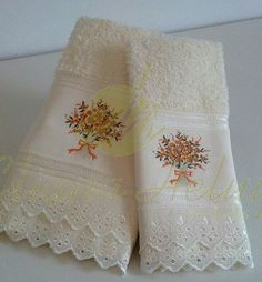 Toalha de rosto e lavabo bordados e com delicadas rendas. Face towel and toilet with delicate embroidery and lace.