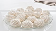 Sněhové pusinky se dříve připravovaly ze zbylých bílků při pečení jiných druhů cukroví. Jedná se ovelmi jemné cukroví, které lze použít ipři výrobě ozdob na vánoční stromek. Stačí vytvořit kruh aten provléct červenou mašlí. Nabízíme vám tři varianty receptů. Můžete si vybrat na základě vaší cukrářské zdatnosti. Icing, Garlic, Food And Drink, Vegetables, Cake, Kuchen, Vegetable Recipes, Torte, Cookies