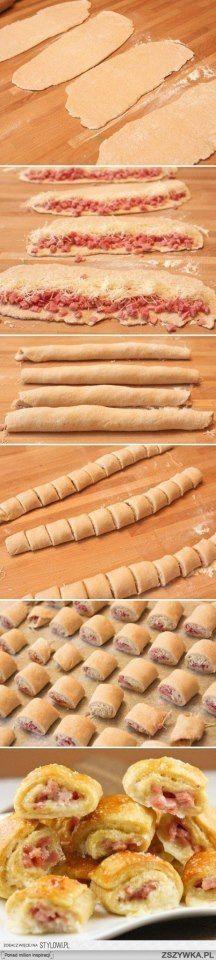 Schinken-Käse-Röllchen Hefe- oder Blätterteig ausrollen und mit geriebenen Käse und Schinkenwürfeln füllen. Zusammenrollen und in kleine Röllchen schneiden. In den Backofen legen, bis sie goldbraun sind....