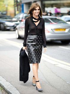 Ex Vogue-ChefinCarine Roitfeld zeigt, wie wir Leder sogar ins Office tragen können.