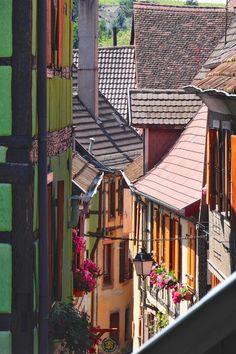 Ausflugsziel Ribeauville im Elsass, enge Gassen, verschachtelte Häuser