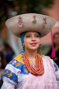 Estas son las fiestas de semana santa en Quito, Equador. Las personas visten con ropa tradicional.