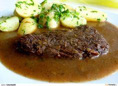 Hovězí maso nakrájíme na stejně silné plátky. Maso z obou stran osolíme a opepříme. Do většího hrnce si dáme lžíci oleje a nakrájený špek na... Steak, Pork, Beef, Meat, Easy Meals, Kale Stir Fry, Steaks, Pork Chops