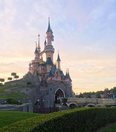Sunset over Sleeping Beauty's Castle epitomises the magic of Disneyland 💖💫 Trips To Disneyland Paris, Disneyland Castle, Day Trip From Paris, One Day Trip, Disney Nerd, Barcelona Cathedral, Taj Mahal, Sleeping Beauty, Magic