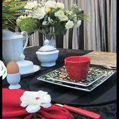 Amo esta mistura de cores... preto branco vermelho com uma pitada de verde fazem sua MESA mais BELA!  Idealizamos e produzimos capa para sousplat,  guardanapo, porta guardanapo, trilhos de mesa, toalhas de mesa, arranjo floral,  capa para almofada, jogo americano, cestinhas, cortinas,  capa para puff