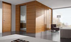 Boiserie moderna in legno con pannelli in legno e porta raso parete