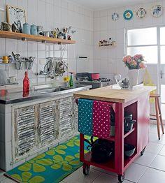 Sonha com uma ilha, mas tem medo que ela atrapalhe a circulação na cozinha pequena? Escolha um modelo com rodinhas, que pode ser trocado de lugar com facilidade. Projeto das designers de interiores Renata Parasmo e Flavia Alves