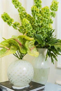 Para florir esse cantinho, dois arranjos em vasos de cristal Cá d'Oro.
