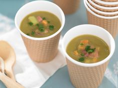 A classic Winter dish, this tasty pea and ham soup recipe is easy to make and will delight your loved ones on a cooler evening. Pea And Ham Soup, Christmas Ham, Winter Dishes, How To Cook Ham, Pea Recipes, Leftover Ham, Saute Onions, Gluten Free Chicken, Easy Peasy
