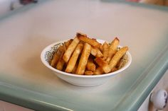 To create crispy frozen French fries without having to cook them in a deep fryer, toss them with oil prior to oven-baking them. Simply placing the French fries into a preheated. Oven French Fries, Making French Fries, Fries In The Oven, Frozen French Fries Recipe, French Fry Recipe Baked, How To Make Fries, Crispy Oven Fries, Frozen Steak, Healthy Vegan Snacks