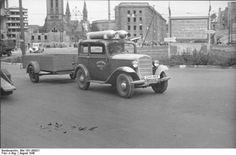 Berlin 1945: Mit Gas angetriebener Pkw auf dem Berliner Alexanderplatz. Aug. 1946