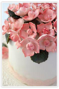 TUTORIAL: How to make these gorgeous Sugar Hydrangea Flowers thanks to Cupcakesadiario