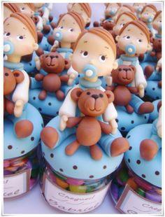 Mini Potinho de vidro com Menino segurando ursinho  Tampa revestida na cor azul com poá marrom, podemos fazê-las nas cores q desejar.  Acompanha tag adesivo personalizado com nome da criança.    Pedido mínimo de 10 unidades.  *não acompanha recheio* R$ 8,00