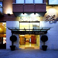 Situado en una de las arterias más importantes de Barcelona, la calle Aragón, y a escasos metros de la Sagrada Familia, es el hotel para aquellos que quieren moverse fácilmente dentro de esta vibrante ciudad mediterránea y disfrutar así de toda su amplia oferta turística, gastronómica y cultural. Ofrece conexión Wi-Fi gratuita.  http://www.hoteles-catalonia.com/es/nuestros_hoteles/europa/espanya/catalunya/barcelona/hotel_catalonia_aragon/index.jsp