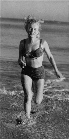 1947: A la plage - Marilyn pour