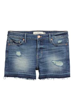 Short en jean Trashed: Short 5 poches en denim extensible avec détails fortement usés. Taille de hauteur classique et bords à cru frangé en bas de jambe.