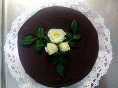 Nyt on sacherkakut valmiit, Mariia on valmistanut kauniit kakut! Kakut meni tilaukseen kahvioon!