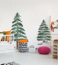 Jedinečný a zároveň veľmi univerzálny vzor stromčekov, ktorý dodá každej izbičke pocit lesa. Tento vzor bude skvelo vyzerať v obývacej izbe, ale bude tiež krásne zdobiť spálňu alebo detskú izbičku. Deer Nursery, Wall Sticker, Ale, Christmas Tree, Kids Rugs, Stickers, Holiday Decor, Design, Home Decor
