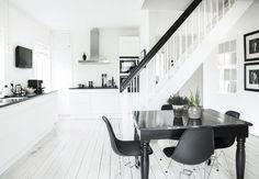 Sort og hvidt køkken-alrum
