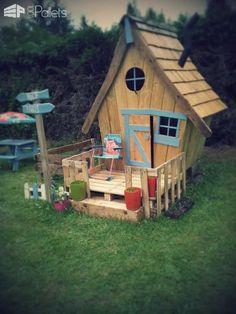 Cabane Enfants Façon Tim Burton / Fairy Tale Kids Pallet Hut From 11 Pallets Fun Pallet Crafts for KidsPallet Sheds, Pallet Cabins, Pallet Huts & Pallet Playhouses