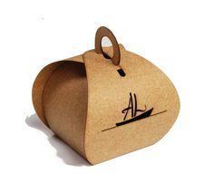 Caixa em papel kraft 200 gramas. Pode ser decorada com recortes de símbolos. Base mede 5 x 5 cm. Pode ser feita em diversos tamanhos. Consulte. Embalagens são enviadas desmontadas para não danificar no transporte. R$ 0,65