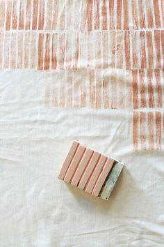 La estampación manual sobre tejido es una de las técnicas decorativas más antiguas conocidas. Desde que los humanos tuvimos necesidad de c...