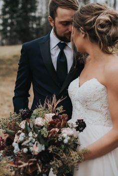 Dark & moody fall wedding color palette inspiration | Image by Lindsay Nickel