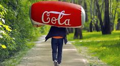 IdunnGoddess zeigt euch in einem YouTube-Video, wie ihr selbst einen tollen Coke Sitzsack basteln könnt.
