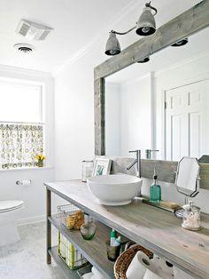 Décoration de salle de bain country  Pour créer ce look à la maison, repensez les éléments classiques de la salle de bain avec une touche rustique. Ainsi, le miroir, la vanité, les revêtements de plancher se verront revêtir des allures de bois de grange