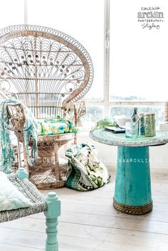¡No puedo evitarlo, pero cada vez que encuentro una silla Emmanuelle o Peacock chair me quedo literalmente fascinada, mi cara cambia y la sonrisa es inevitable …! Su belleza y exotismo, cómo …