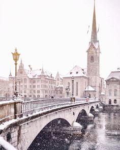 Snowy Münsterbrucke in Zürich