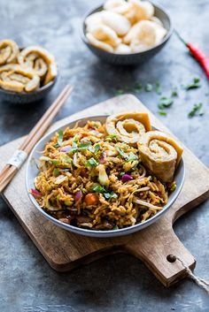 Vegetarische nasi met omeletrolletjes A quick nasi recipe without meat where you do not miss the chi Easy Healthy Recipes, Veggie Recipes, Asian Recipes, Vegetarian Recipes, Cooking Recipes, Drink Recipes, Healthy Food, Ethnic Recipes, Vegetarian Fried Rice