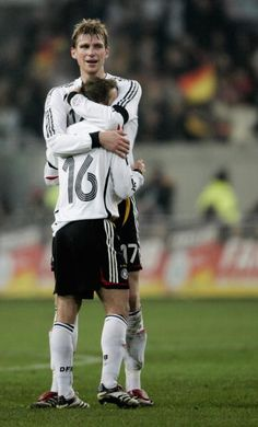 Per Mertesacker and Philipp Lahm - the tallest and the shortest guys on the team hugging each other. This is so adorable. Germany Football Team, Football Fans, Team Player, Football Players, Question Of Sport, Philipp Lahm, German National Team, Top League, Fc Bayern Munich