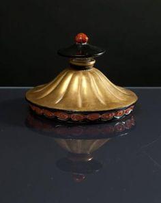 Perfumes Vintage, Vintage Bottles, Bal A Versailles, Vases, Old Perfume Bottles, Faberge Eggs, Objet D'art, Trinket Boxes, Red Gold
