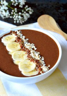 This healthy plant-based smoothie bowl is prepared with carob powder, unsweetened cocoa and dates. A vegan breakfast recipe with many health benefits! Smoothie Bowl Vegan, Smoothie Bol, Chia Seed Smoothie, Vegan Smoothies, Smoothie Recipes, Drink Recipes, Peanut Butter Smoothie, Coconut Smoothie, Smoothies For Kids