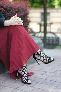 http://minimalissmo.blogspot.com/2016/05/pleated-skirt.html
