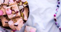 Superhelppo karkkifudge on makeahiirien toiveuni. Fudget valmistuvat helposti sekoittamalla ainekset kattilassa.