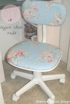 Manualidades, tutorial como forrar una silla con tela shabby chic. Decoración casera y hecha a mano. DIY: Shabby Chic Office Chair Redo. All you need is a cute floral fabric, spray paint, and a chair. This chair is for my craft room.