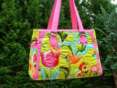 Cute bag but what really makes it pop is the quilting of the outer fabric. Gorgeous!