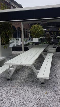 In de mediterrane Binnentuin in het Arsenaal, heeft het team van PAARDEKOOPER-HULST de geweldige Walrus Bank en de Marina Combi tafel met stoelen neergezet. Het mooiste outdoor design vind je in Het Arsenaal bij Paardekooper-Hulst.